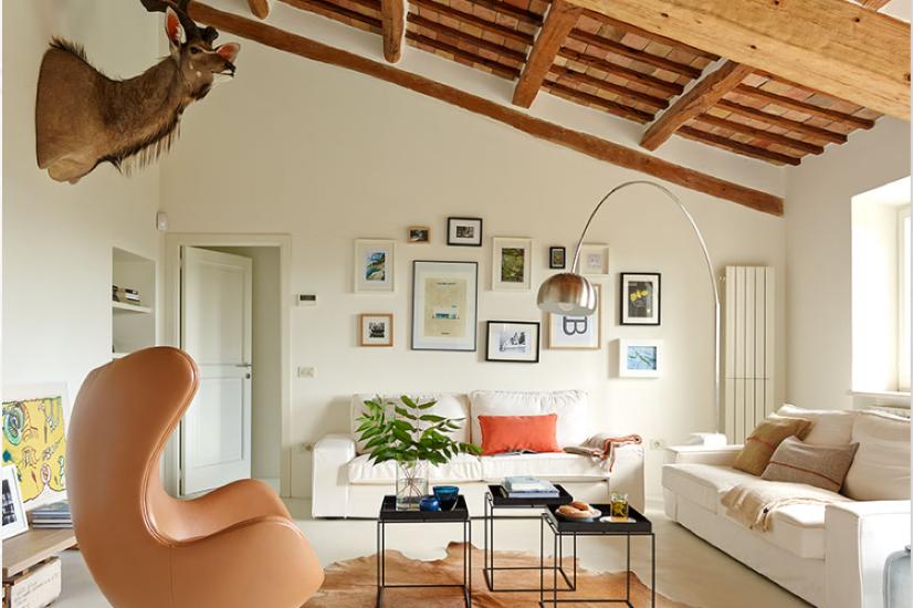 Wohnzimmer mit modernen Möbeln im Ferienhaus Ca Mattei in Italien