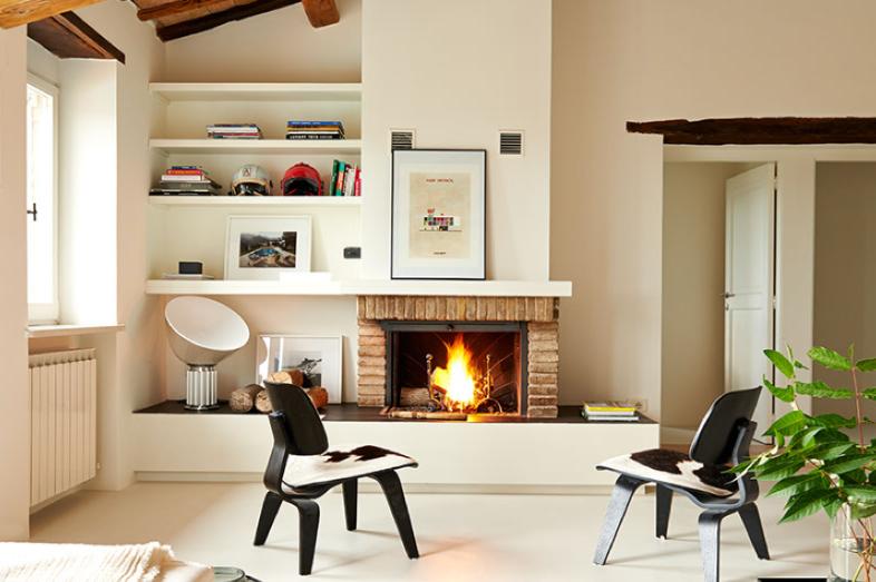 Wohnzimmer mit offenem Kamin im modernen Ferienhaus Ca Mattei in Italien