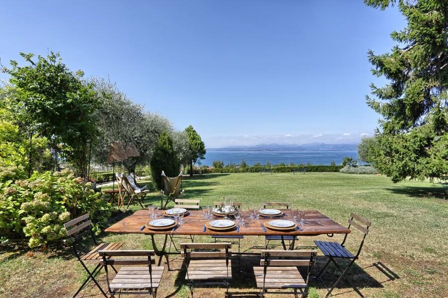 Esstisch auf der Terrasse der Ferienvilla i Broi am Gardasee
