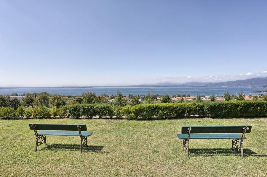 2 Bänke in der Villa i Broi mit Blick auf den Gardasee