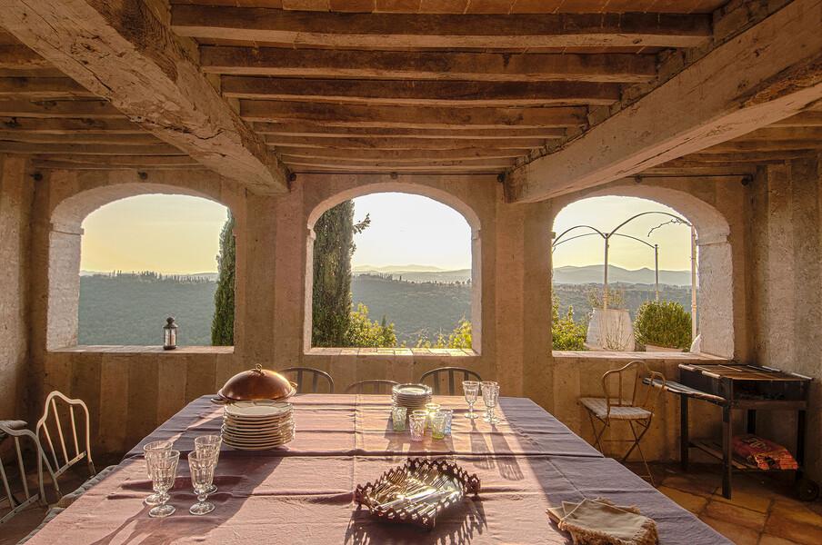 Genießen Sie mit einem Glas Rotwein und einem tollem Essen diesen einmaligen Ausblick auf die Hügel der Toskana