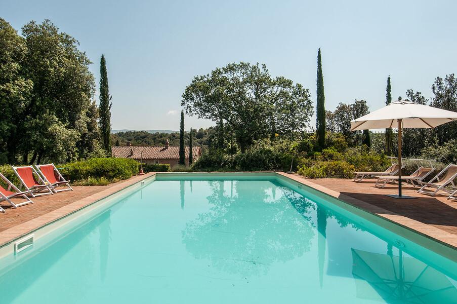 Ferienvilla Montalcino mit privatem Pool gesäumt von Zypressen