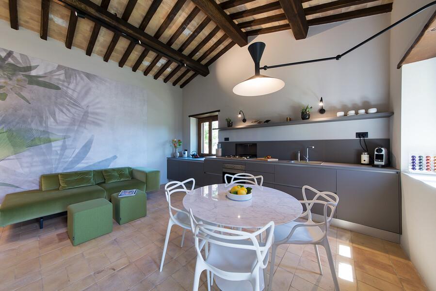 Moderne Möbel und Küche im Wohnraum im Ferienhaus Casale Upupa im Latium