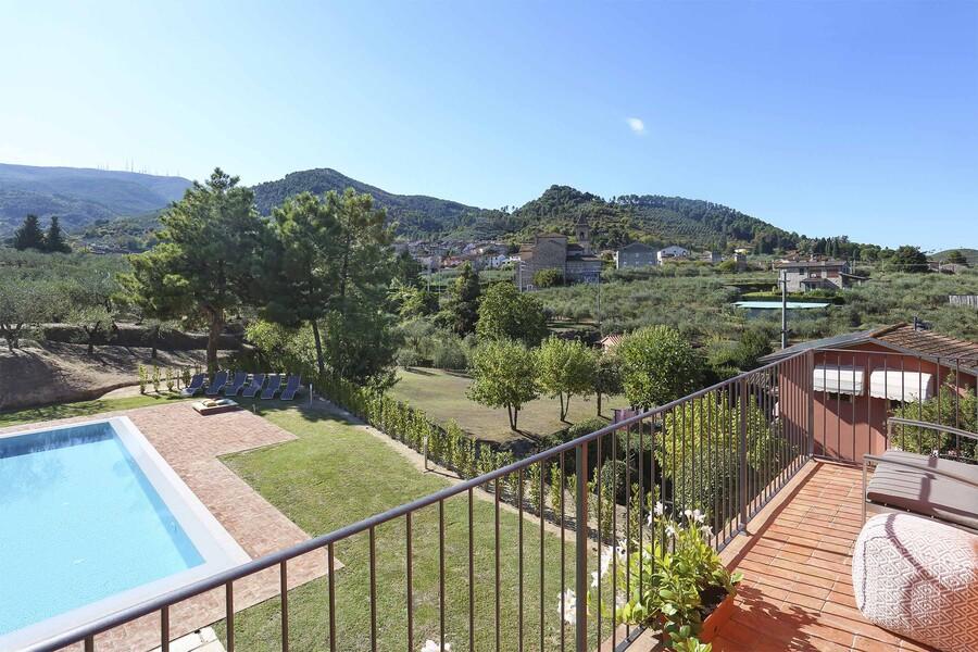 Terrasse im Ferienhaus Uva in der Toskana mit Blick auf den privaten Pool