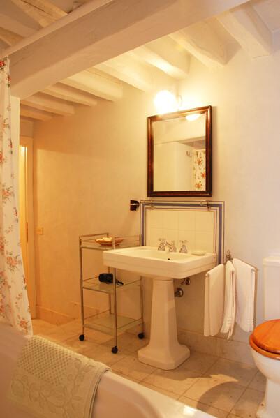 Das Badezimmer der Ferienwohnung in Lucca ist ausgestattet mit einer Duschbadewanne