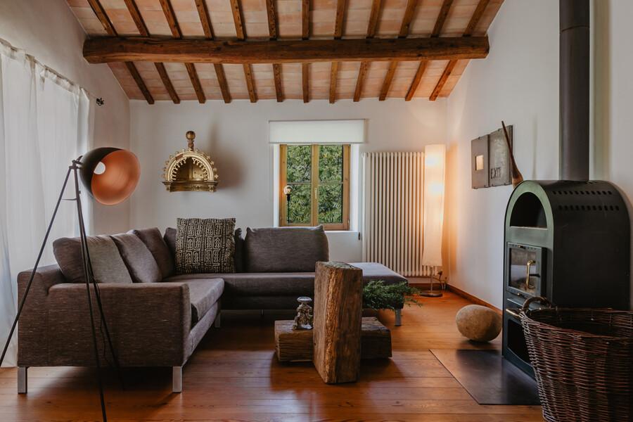 Gemütliches Wohnzimmer mit Ofen in Casa Sorbolongo