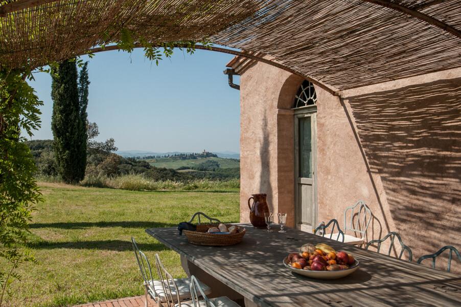 Schöner Aussenesstisch in Lavacchio in Montalcino