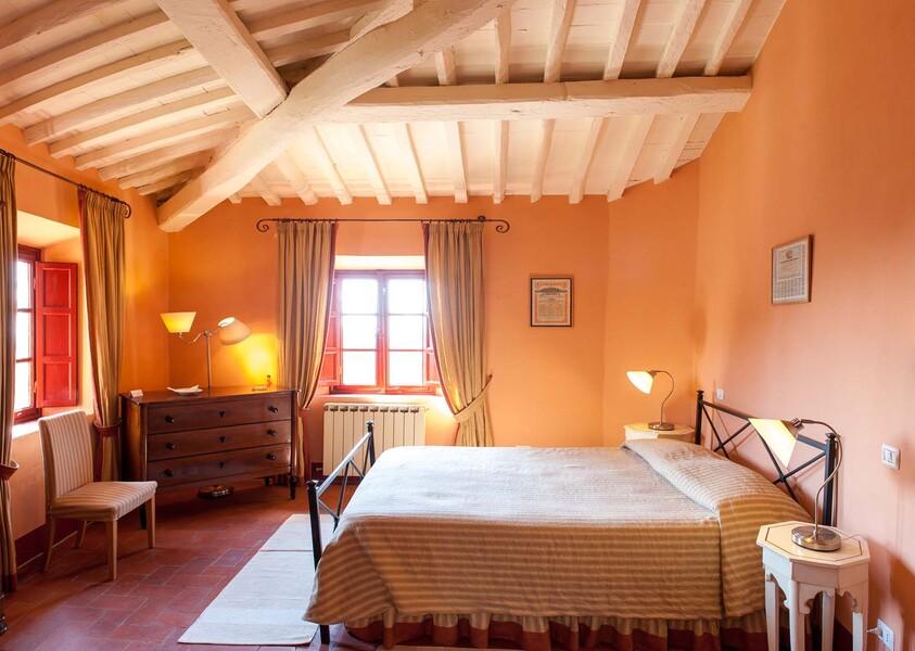 Erholen Sie sich nach einem langen Urlaubstag in der Toskana in einem der 17 Schlafzimmer in unserem Ferienhaus