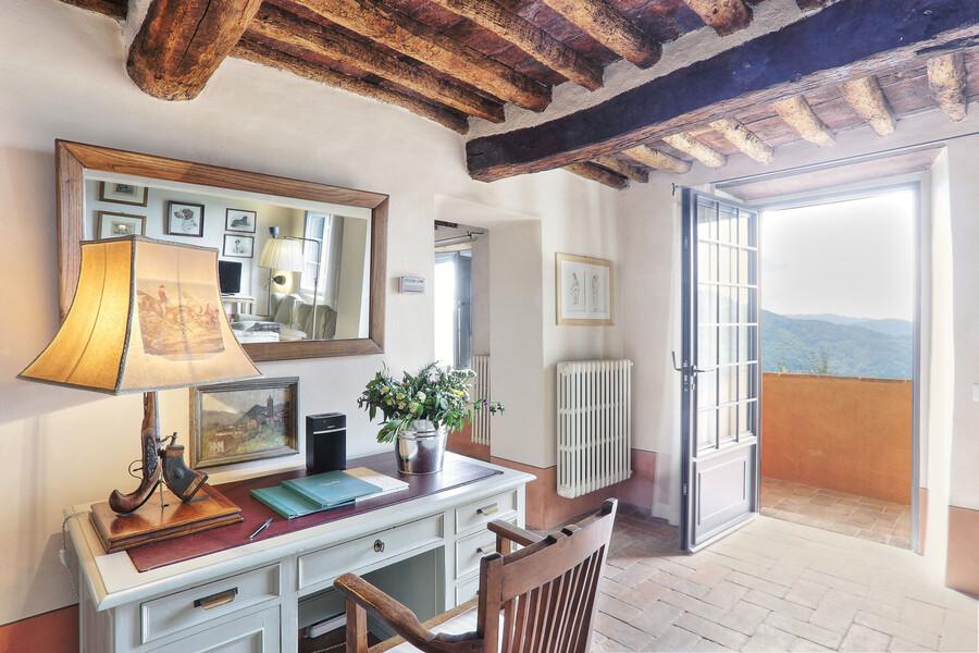 Geschmackvoll eingerichtes Wohnzimmer im Ferienhaus Damiano bei Lucca