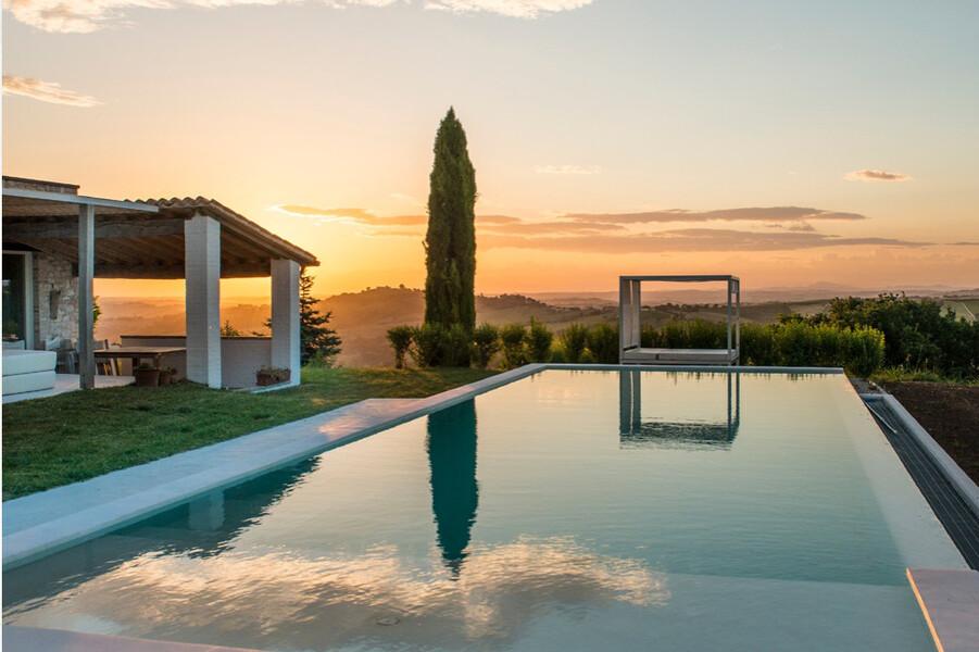Privater Pool mit Pergola und Zypresse in Ferienhaus in den Marken