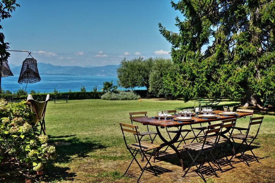 Esstisch im Garten der Villa i Broi am Gardasee