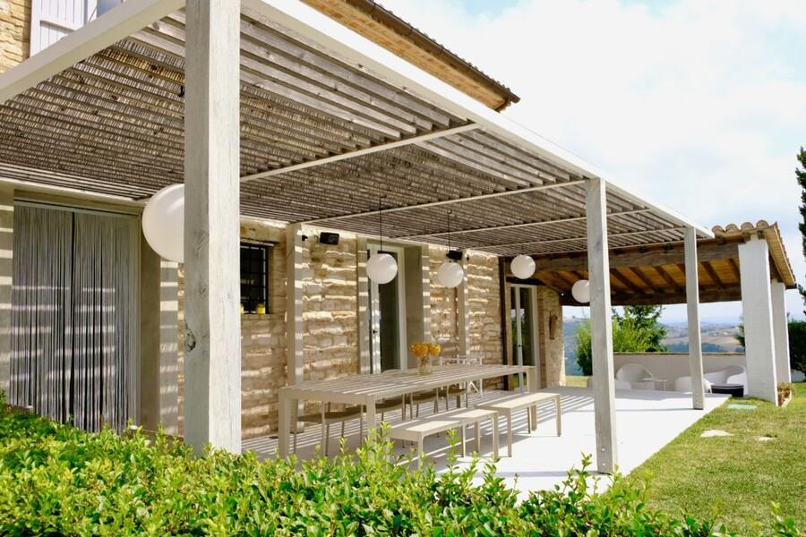 Terrasse des modernen Ferienhauses Ca Mattei in Italien