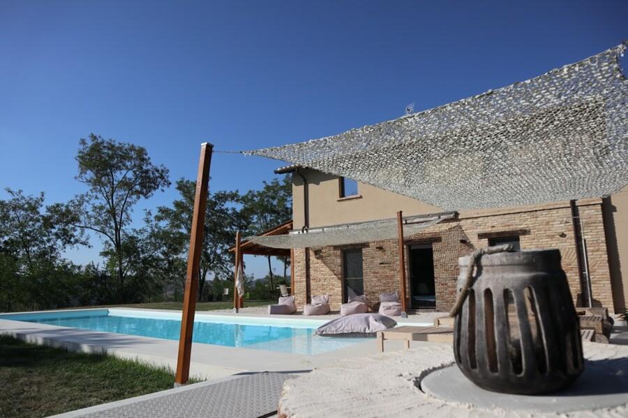 Pool zur Alleinnutzung mit Sonnensegel in der Casa Fontegenga in Le Marche