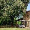Heuschober mit grossem Baum uns Gartentisch im Ferienhaus Casa Tonio