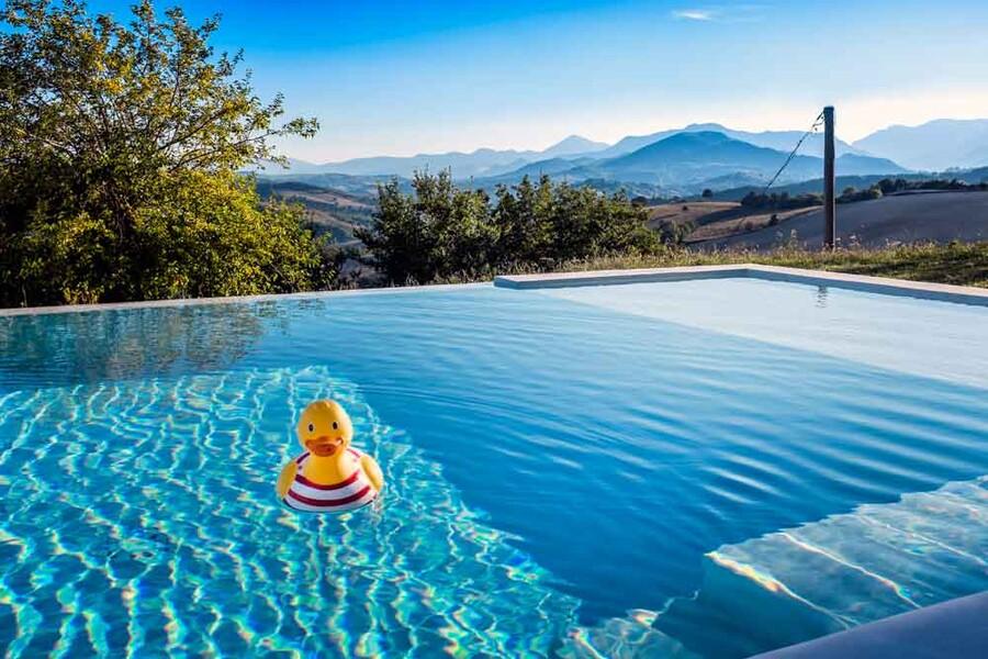 Privater Pool mit Blick auf die Apenninen vom Ferienhaus Ca Mattei in den Marken
