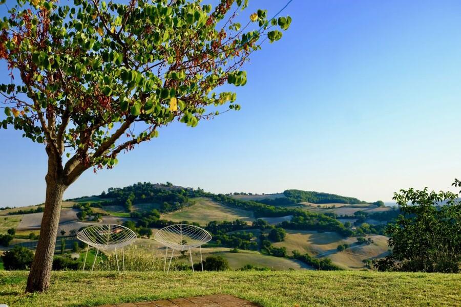 Ausblick vom Ferienhaus in Le Marche über die grünen Hügel