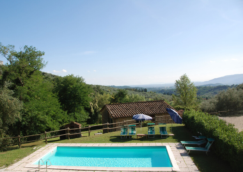 Pool des Ferienhauses Magrini mit Blick auf die Ebene von Lucca