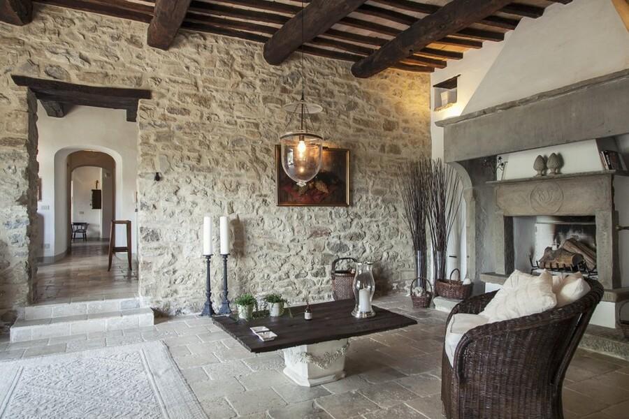 Wohnzimmer mit grossem offenem Kamin im Ferienhaus in Umbrien
