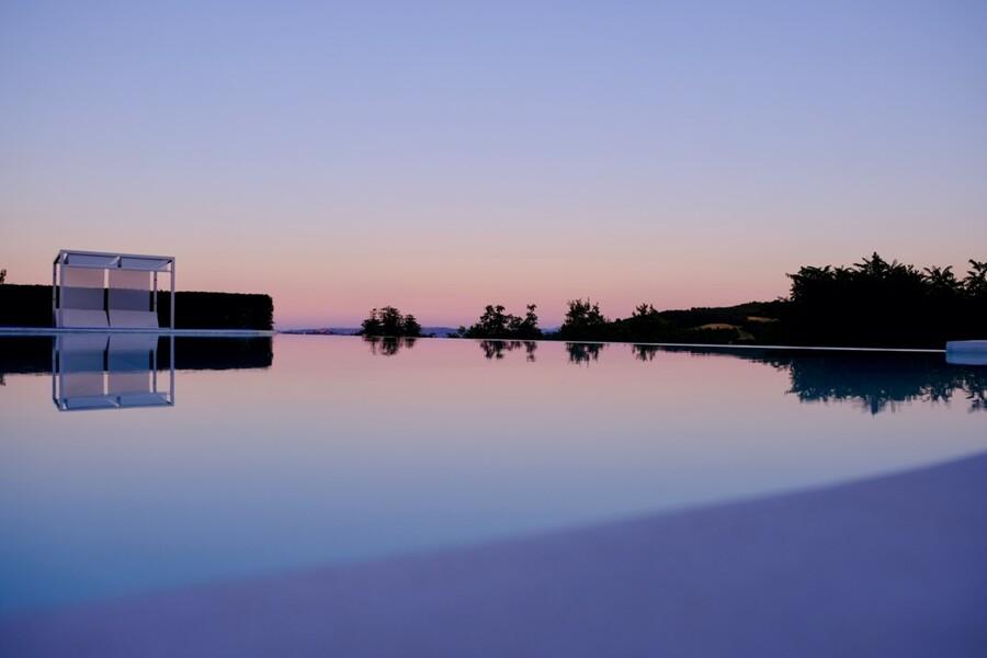 Abendstimmung am Pool des exklusiven Ferienhauses Ca Mattei in Italien
