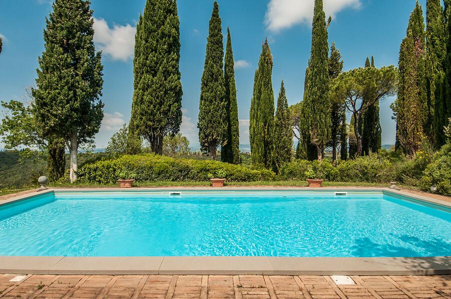 Privater Pool mit Zypressen bei Montalcino in der Villa Fontanelle