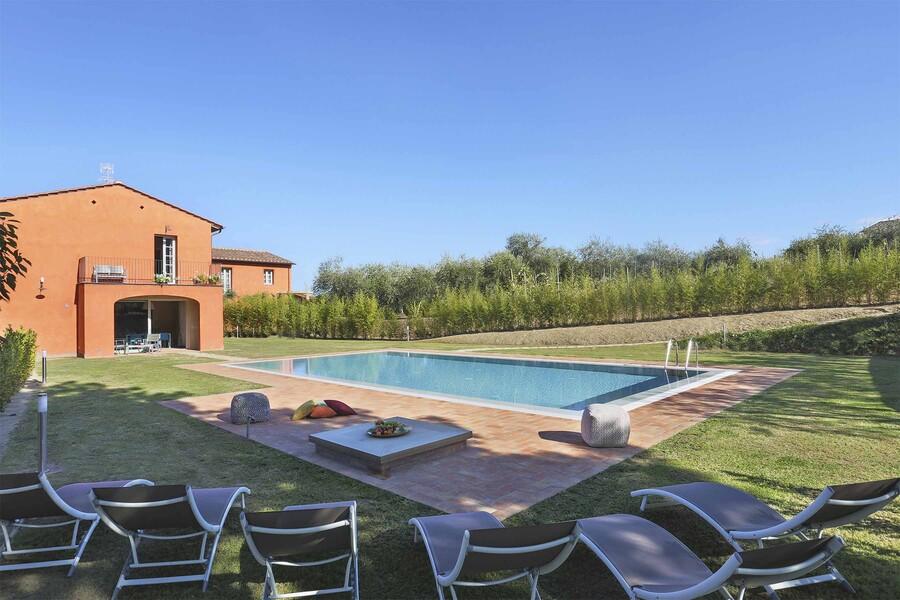 Pool zur Alleinnutzung im Garten mit Rasen im Ferienhaus Uva bei Lucca