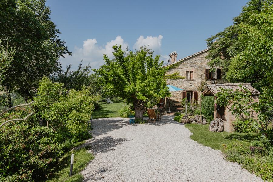 Steinhaus mit viel Grün in den Marken Casa Sorbolongo
