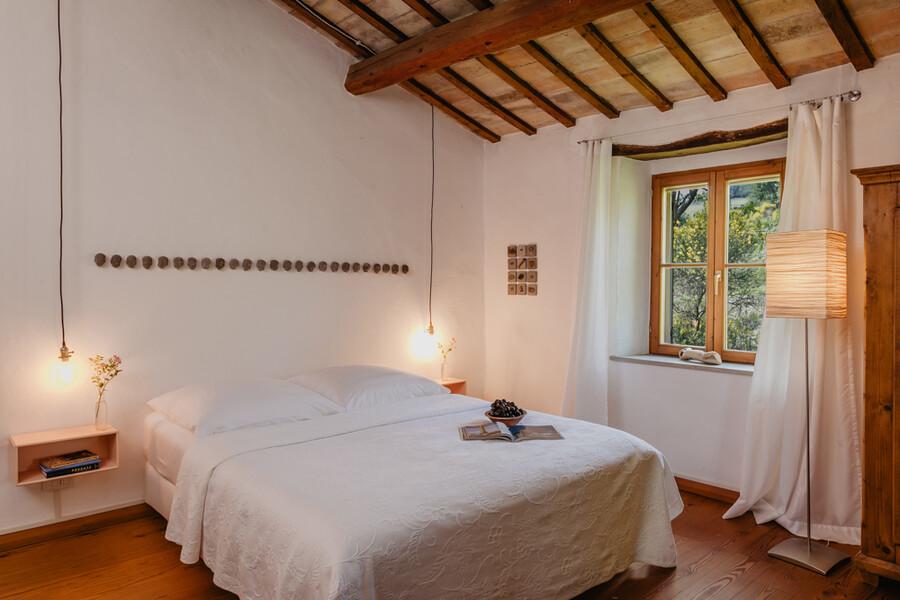 Schlafzimmer mit individueller Einrichtung in der Casa Sorbolongo