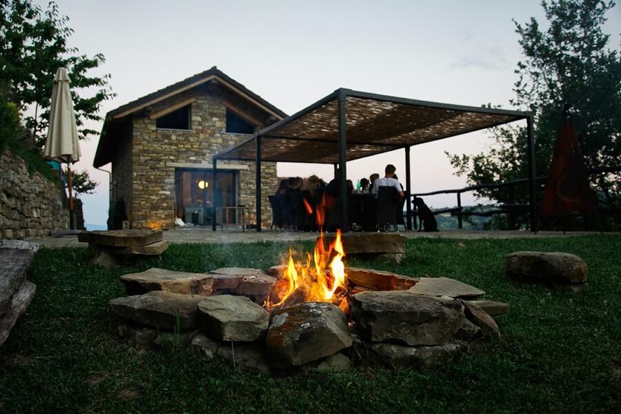 Feuerstelle im Garten des Ferienhauses Villa dell Orso im Piemont
