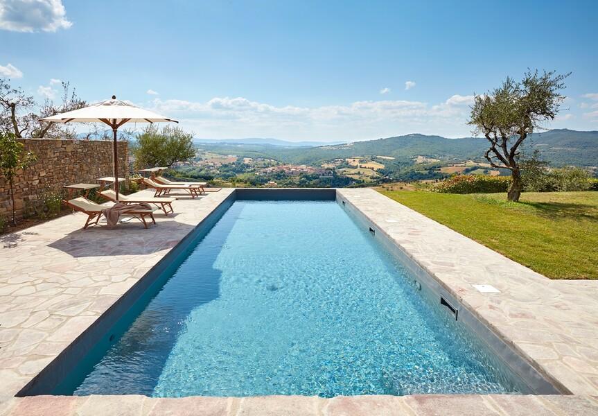 Pool mit Blick auf die Landschaft in Umbrien