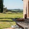 Genießen Sie vom rustikalen Außentisch der Villa Lavacchio den Blick in die Toskana