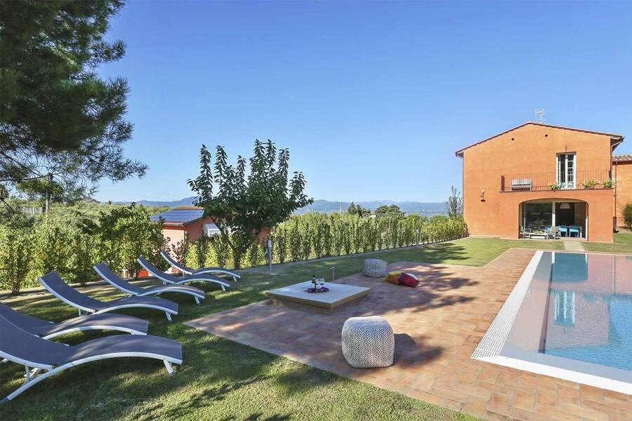 Privater Pool mit Sonnenliegen im kürzlich rerstaurierten Ferienhaus bei Lucca