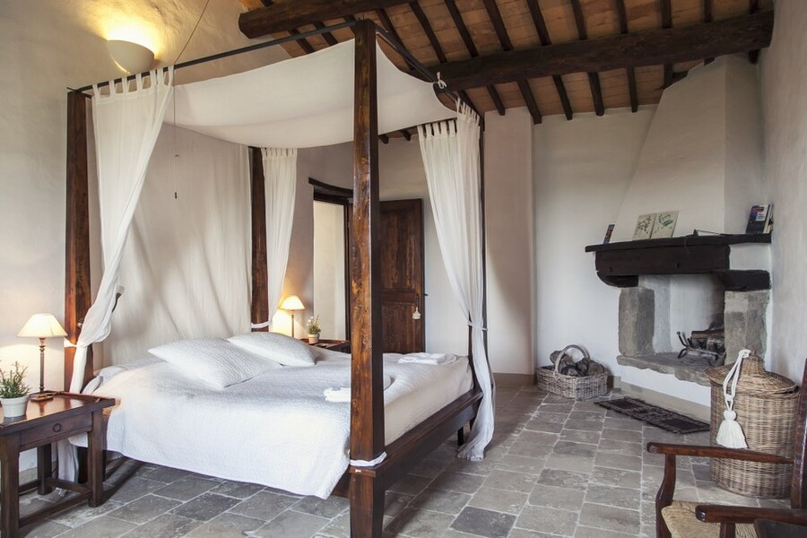Schlafzimmer mit Himmelbett in der Ferienvilla La Bastia in Umbrien