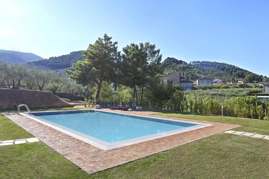 Pool im Garten des Ferienhaus Uva in der Toskana mit Blick auf die grünen Hügel