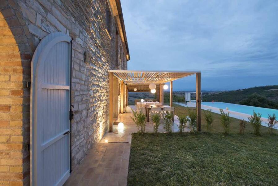 Abendstimmung mit beleuchtetem Garten und Terrasse der Ca Mattei