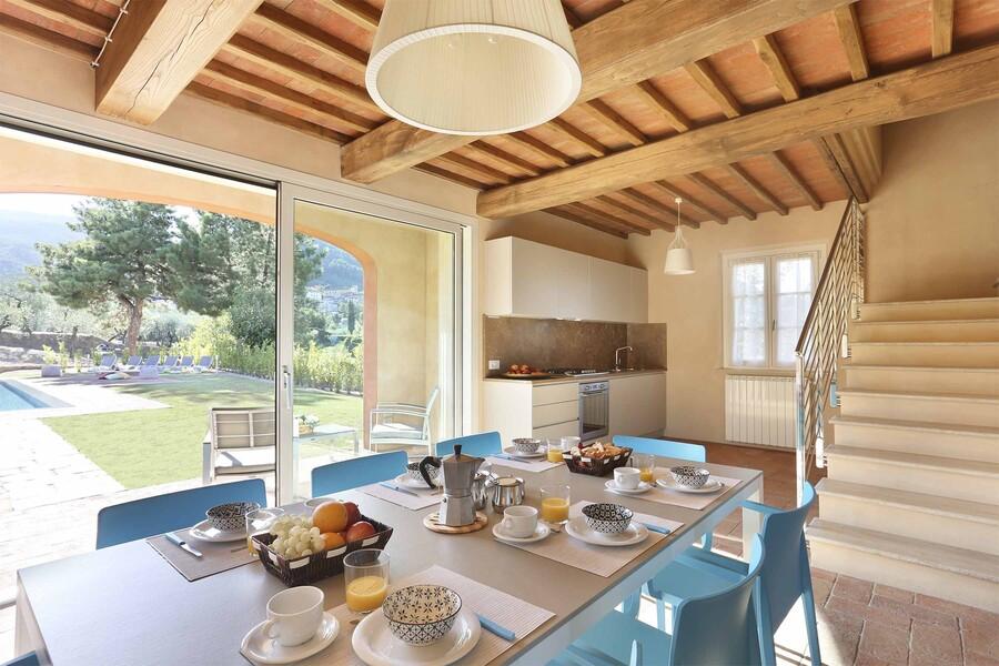 Esszimmer mit grosser Fenstertür im Ferienhaus Uva bei Lucca