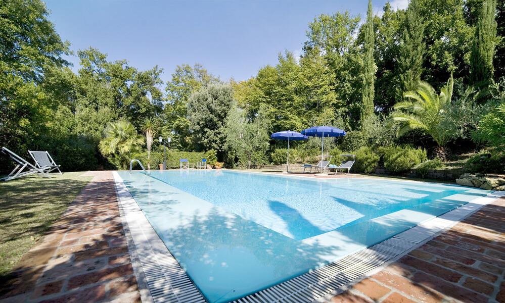Das Ferienhaus in der Toskan La Capinera verfügt über einen 12 x 6 Meter Pool und Liegen mit Sonnenschirmen